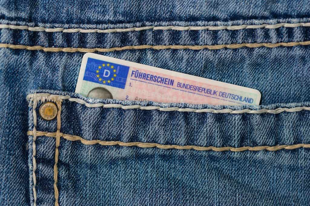 רישיון נהיגה בכיס של מכנס