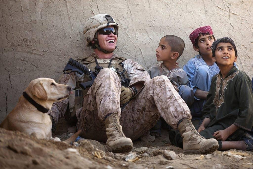 חייל יושב עם ילדים
